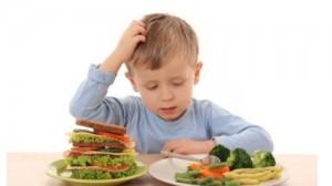 Yemek seçen çocuklar